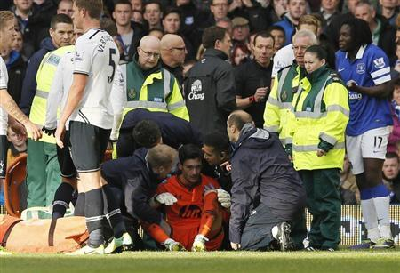 Tottenham Hotspur's goalkeeper Hugo Lloris (C) is attended to by medical staff after being involved in a collision with Everton's Romalu Lukaku (R) during their English Premier League soccer match at Goodison Park in Liverpool, northern England November 3, 2013. REUTERS/Phil Noble