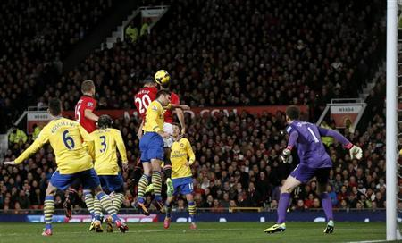 Manchester United's Robin van Persie (4th L) scores past Arsenal's Wojciech Szczesny (R) during their English Premier League soccer match at Old Trafford in Manchester, northern England, November 10, 2013. REUTERS/Phil Noble