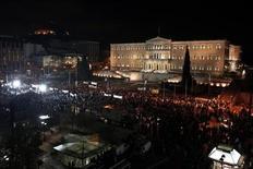 """Сторонники левой оппозиционной партии """"Сириза"""" у здания парламента в Афинах 10 ноября 2013 года. Возглавляемая консерваторами правящая коалиция Греции выдержала, как и ожидалось, попытку оппозиции сместить правительство. REUTERS/Yorgos Karahalis"""