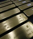 Слитки золота на заводе Красцветмет в Красноярске 25 февраля 2013 года. Золотодобывающая Nordgold в третьем квартале снизила чистую прибыль на 40 процентов на фоне падения цен на драгметалл, сообщила компания в понедельник. REUTERS/Ilya Naymushin