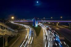 Машины едут по новой скоростной трассе в Сочи 16 октября 2013 года. Продажи новых автомобилей в России сократились на 8 процентов в годовом выражении до 243.481 штуки в октябре 2013 года, сообщила Ассоциация европейского бизнеса (АЕБ) в понедельник. REUTERS/Thomas Peter