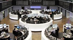 Помещение Франкфуртской фондовой биржи 4 ноября 2013 года. Европейские акции растут, пока инвесторы гадают, как вышедший в пятницу отчет о занятости в США повлияет на планы ФРС в отношении стимулирующей программы. REUTERS/Remote/Stringer