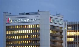 Logo da farmacêutica Novartis na sede da empresa em Basileia, 22 de outubro de 2013, Suiça. A suíça Novartis fechou um acordo para vender sua unidade de testes de transfusão sanguínea para a espanhola Grifols por 1,68 bilhão de dólares. 22/10/2013 REUTERS/Arnd Wiegmann