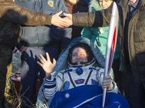 Tripulante da Estação Espacial Internacional, o cosmonauta russo Fyodor Yurchikhin, segura a tocha da Olimpíada de Inverno de Sochi 2014, após pousar perto da cidade de Zhezkazgan, no Cazaquistão. Uma cápsula Soyuz trouxe nesta segunda-feira de volta à Terra três tripulantes da Estação Espacial Internacional, junto com uma tocha olímpica que foi exibida no espaço como parte dos preparativos da Rússia para a Olimpíada de Inverno de 2014, em Sochi. 11/11/2013. REUTERS/Shamil Zhumatov