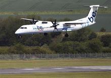 Aeronave da companhia aérea Flybe aterrisa no aeroporto de Edinburgo, na Escócia. A Flybe, maior companhia aérea regional da Europa, obteve lucro no primeiro semestre fiscal e informou que está expandindo o alcance de seu programa de reestruturação, incluindo cerca de 500 cortes de empregos. 24/05/2011. REUTERS/David Moir