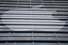 Apple, qui serait en train de travailler sur deux nouveaux modèles d'iPhones aux écrans incurvés, selon l'agence Bloomberg, à suivre lundi sur les marchés américains. /Photo d'archives/ REUTERS/Stephen Lam