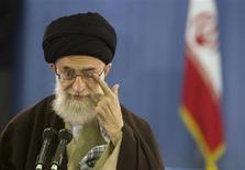 Верховный лидер Ирана аятолла Али Хаменеи чешет глаз перед выступление по телевидению в Тегеране 14 марта 2008 года. Хаменеи контролирует бизнес-империю стоимостью примерно $95 миллиардов, что превышает объем годового экспорта нефти страны, свидетельствуют выводы длившегося шесть месяцев исследования Рейтер. REUTERS/Caren Firouz