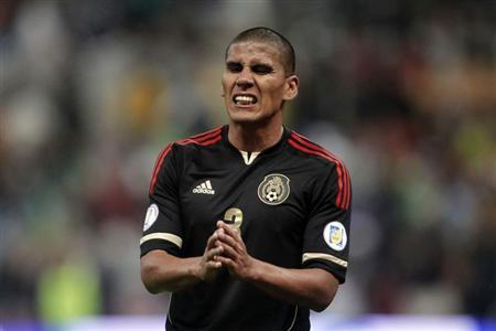 Mexico's Carlos Salcido gestures during their 2014 World Cup qualifying match against Honduras at Azteca stadium in Mexico City September 6, 2013. REUTERS/Edgard Garrido