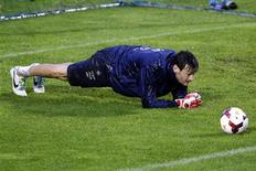 France's soccer team goalkeeper Hugo Lloris attends a training session at Clairefontaine, near Paris, October 9, 2013. REUTERS/Charles Platiau