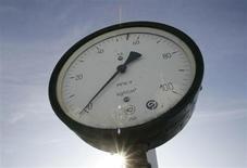 Датчик давления на газокомпрессорной станции в городе Боярка в Киевской области 12 января 2009 года. Украина, отношения которой с Россией осложнились в октябре из-за долга за поставки газа, прекратила закупки топлива у Газпрома через госхолдинг Нафтогаз, поставив под вопрос стабильность зимнего транзита газа в Европу. REUTERS/Konstantin Chernichkin