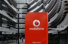 L'opérateur mobile britannique Vodafone prévoit un plan de modernisation de ses réseaux de sept milliards de livres (8,3 milliards d'euros). /Photo prise le 12 septembre 2013/REUTERS/Ina Fassbender