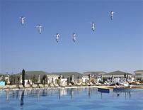 Канатоходцы выступают на открытии яхт-клуба на каспийском курорте Аваза, западная Туркмения 29 июня 2013 года. Международный валютный фонд повысил прогноз ВВП Туркмении, но предупредил крупнейшего экспортёра газа в Центральной Азии, что устойчивый рост возможен лишь на фоне экономических реформ. REUTERS/Marat Gurt