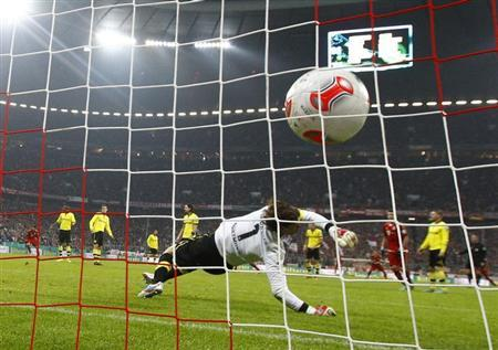 Borussia Dortmund's goalkeeper Roman Weidenfeller receives a goal by Bayern Munich's Arjen Robben during their German soccer cup, DFB Pokal, quarter final match in Munich February 27, 2013. REUTERS/Michael Dalder