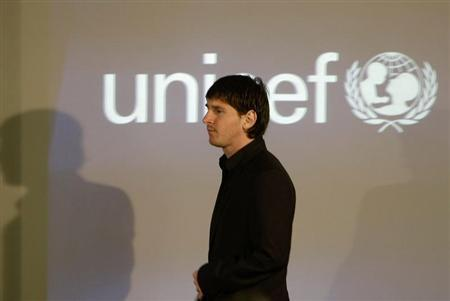 Barcelona's player Lionel Messi arrives in Sala Paris (Paris Chamber) before being appointed a new UNICEF Goodwill Ambassador at the Nou Camp stadium in Barcelona March 11, 2010. REUTERS/Gustau Nacarino