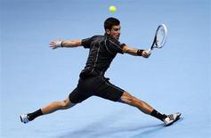 Novak Djokovic durante partida de tênis contra Roger Federer pela ATP World Tour Finals, em Londres. Djokovic disse que vai usar a série de 22 vitórias seguidas como plataforma de lançamento para conquistar mais títulos do Grand Slam no ano que vem. 05/11/2013. REUTERS/Suzanne Plunkett