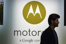 Homem caminha ao lado de logo da Motorola em evento de lançamento do novo celular da companhia, Moto X, em Nova York. A Motorola, unidade do Google, fará no Brasil na quarta-feira o lançamento mundial de celular de baixo custo, diante de fracas vendas do modelo Moto X, publicou o Wall Street Journal, citando fontes. 01/08/2013. REUTERS/Lucas Jackson