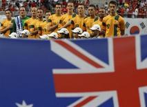 Seleção de futebol da Austrália cantam o hino nacional antes de partida contra a Coreia do Sul pela Copa do Leste Asiático, no estádio Copa do Mundo, em Seul. A Austrália está preocupada com a segurança da Copa do Mundo de 2014 no Brasil devido aos protestos no país, disse o chefe da Federação Australiana de Futebol, David Gallop, nesta terça-feira. 20/07/2013. REUTERS/Kim Hong-Ji