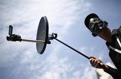 Manifestante segura um aparato de espionagem falso durante protesto contra a Agência Nacional de Segurança dos EUA (NSA, na sigla em inglês), em Frankfurt. Os europeus e os norte-americanos são amplamente contra que seus governos espionem seus próprios cidadãos e aqueles dos países aliados, mostra uma pequisa divulgada nesta terça-feira, o que reflete o descontentamento a respeito da vigilância revelada pelo ex-funcionário de inteligência dos Estados Unidos Edward Snowden. 27/05/2013. REUTERS/ Kai Pfaffenbach