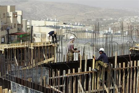 Palestinian labourers work on a construction site in Ramat Shlomo, a religious Jewish settlement in an area of the occupied West Bank Israel annexed to Jerusalem October 30, 2013. REUTERS/Baz Ratner