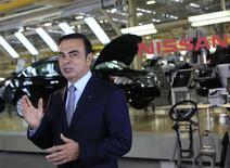 Carlos Ghosn, PDG des deux partenaires automobiles Renault et Nissan Motors, a déclaré mardi qu'il ne craignait pas de problème de trésorerie, après le récent avertissement lancé par Nissan sur son bénéfice net annuel. /Photo prise le 12 novembre 2013/REUTERS/Henry Romero