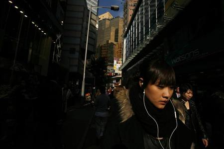 Shoppers walk at Hong Kong's Causeway Bay shopping district January 14, 2011. REUTERS/Bobby Yip