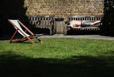 Мужчина загорает на скамейке в Лондоне 4 июня 2013 года. Текущий год войдет в десятку самых теплых в истории, сообщила в среду Всемирная метеорологическая организация. REUTERS/Luke MacGregor
