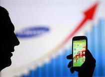 Homem é fotografado com smatphone Samsung Galaxy S3, em Zenica, na Bósnia e Herzegovina. A Samsung espera fornecer a metade dos smartphones vendidos na África neste ano e quer duplicar estas vendas no continente em 2014, disse um executivo. 17/05/2013. REUTERS/Dado Ruvic