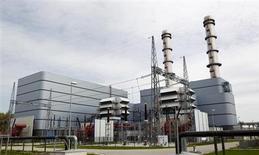 Fábrica da gigante alemã E.ON é fotografada em Irsching, na Alemanha. A E.ON, a maior empresa de energia elétrica da Alemanha, reduziu o teto de sua meta de lucro para o ano depois que preços de energia em queda e um boom em energia renovável fez com que o lucro nos nove meses sofresse queda de 20 por cento. 26/04/2013. REUTERS/Michaela Rehle