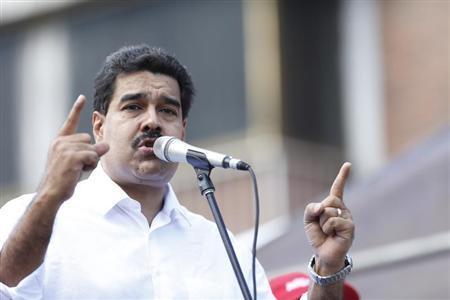 Venezuelan President Nicolas Maduro talks to supporters during a meeting outside Miraflores Palace in Caracas November 12, 2013. REUTERS/Carlos Garcia Rawlins