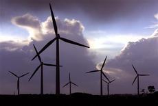 Le projet de loi de finances rectificative pour 2013 prévoit un élargissement du périmètre de la contribution au service public de l'électricité (CSPE), une taxe prélevée sur les factures d'électricité qui permet notamment de financer les énergies renouvelables en France. /Photo d'archives/REUTERS/Mal Langsdon