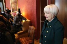 Janet Yellen, choisie par Barack Obama pour prendre en février la présidence de la Réserve fédérale américaine, estime que la banque centrale a encore du travail à faire pour soutenir l'économie et l'emploi, dont les performances restent insatisfaisantes à ses yeux. /Photo prise le 7 novmebre 2013/REUTERS/Jonathan Ernst