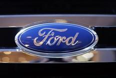 Логотип Ford на автомобиле компании на автошоу в Нью-Йорке 28 марта 2013 года. Ford Motor Co начнет выпуск созданного для развивающихся рынков компакт-кара в следующем году, что может стать самым серьезным испытанием стратегии главы компании Алана Мулалли, опирающейся на идею создания моделей, которые могут продаваться в разных странах по всему миру. REUTERS/Mike Segar