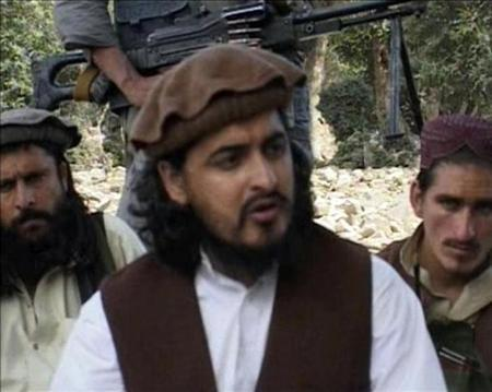 File photo of Pakistani Taliban chief Hakimullah Mehsud (C) with other millitants in South Waziristan October 4, 2009 in this video grab taken from footage released October 5, 2009. REUTERS/Reuters TV/Files