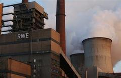 L'énergéticien allemand RWE va procéder à de nouvelles réductions d'effectifs et réduire ses investissements, conséquence de la crise du secteur de l'énergie en Europe. Le groupe compte supprimer 6.750 postes sur la période 2014-2016, portant le total à 13.000 depuis 2011, soit environ 18% de ses effectifs à l'époque. /Photo prise le 14 novembre 2013/REUTERS/Ina Fassbender