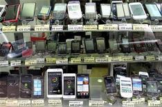 Les smartphones ont représenté 55% des ventes mondiales de téléphones portables au troisième trimestre, selon le cabinet d'études Gartner. /Photo d'archives/REUTERS/François Lenoir