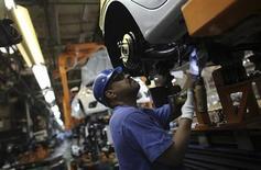 Funcionário monta carro em linha de montagem de fábrica da Ford, em São Bernanrdo do Campo. A atividade econômica brasileira contraiu 0,12 por cento no terceiro trimestre em relação aos três meses anteriores, mostrou o Índice de Atividade Econômica do Banco Central (IBC-Br) nesta quinta-feira, confirmando as expectativas de fragilidade no período. 13/08/2013. REUTERS/Nacho Doce