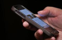 Homem utiliza um smartphone em Nova York. As vendas de smartphones responderam por 55 por cento das vendas mundiais de dispositivos móveis no terceiro trimestre, conforme usuários na China e na América Latina vêm trocando seus telefones antigos por dispositivos melhores, disse a empresa de pesquisas Gartner, nesta quinta-feira. 06/11/2013. REUTERS/Mike Segar