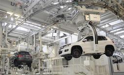 Volkswagen a annoncé jeudi le rappel pour différentes raisons de plus de 2,6 millions de véhicules, dont un tiers en Chine, ce qui constitue l'une des plus importantes mesures de ce type dans l'histoire du constructeur allemand. /Photo d'archives/REUTERS/Fabian Bimmer