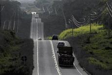Veículos usam seção recém-pavimentada de rodovia perto de Marabá, Pará. O governo deve realizar até o fim de 2013 mais quatro leilões de concessão de rodovias federais e acredita no sucesso de todos eles, disse à Reuters nesta quinta-feira o ministro dos Transportes, César Borges. 16/08/2009 REUTERS/Paulo Santos