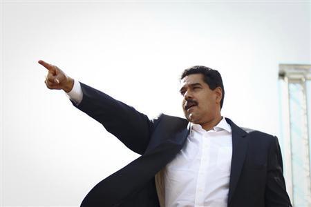 Venezuelan President Nicolas Maduro greets supporters during a meeting outside Miraflores Palace in Caracas November 12, 2013. REUTERS/Carlos Garcia Rawlins