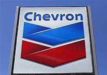 Логотип Chevron на заправке в Дель-Мар, Калифорния 25 апреля 2013 года. Трубопровод нефтегазовой компании Chevron Corp. взорвался у маленького городка в Техасе, выбросив в небо впечатляющий столб пламени и вызвав эвакуацию близлежащих домов и школы, сообщили представители экстренных служб США. REUTERS/Mike Blake