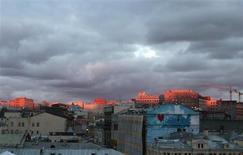 Закат в центре Москвы 26 сентября 2013 года. Уикенд в российской столице обещает температуру выше нуля и облачность, прогнозируют синоптики. REUTERS/Tatyana Makeyeva