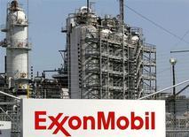 Exxon Mobil, à suivre vendredi à la Bourse de Paris. Berkshire Hathaway, le véhicule d'investissement du milliardaire Warren Buffett, a déclaré avoir acheté 40,1 millions d'actions du géant pétrolier, soit quelque 0,9% de l'entreprise, une annonce qui faisait monter le titre de 0,9% dans des échanges d'après-Bourse. /Photo d'archives/REUTERS/Jessica Rinaldi