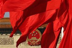 El Gran Salón del Pueblo, donde se realizó el cónclave del Partido Comunista de China, se aprecia detrás de banderas rojas en la plaza Tiananmen, en Pekín. China divulgó el viernes un borrador de planes detallados de reformas en el que prometió amplios cambios a la economía y al tejido social del país, en su búsqueda por impulsar nuevas fuentes de crecimiento ante señales de desaceleración luego de tres décadas de fuerte expansión. REUTERS/Kim Kyung-Hoon