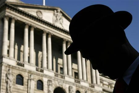 An actor in a bowler hat is silhouetted in front of the Bank of England during the filming of a television programme in central London September 19, 2008. REUTERS/Luke MacGregor