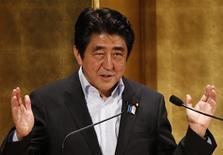 Imagen de archivo del primer ministro japonés Shinzo Abe en un seminario en Tokio, jun 5 2013. Las compañías japonesas están entusiasmadas con los planes de crecimiento económico del primer ministro Shinzo Abe, aunque siguen siendo cautelosas sobre aumentar los salarios o la inversión - dos elementos clave para asegurar una recuperación sostenible, mostró un sondeo de Reuters. REUTERS/Toru Hanai/Files