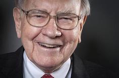 O presidente do conselho e CEO da Berkshire Hathaway, Warren Buffett, posa para foto em Nova York. A Berkshire Hathaway revelou na quinta-feira uma nova participação de 3,45 bilhões de dólares na Exxon Mobil, após adquirir 40,1 milhões de ações da maior petroleira de capital aberto do mundo. 22/10/2013. REUTERS/Carlo Allegri (UNITED STATES - Tags: BUSINESS) - RTX14KEI