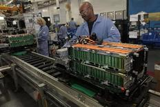 Funcionários montam baterias para veículos elétricos e híbridos em fábrica da Ford em Ypsilanti Twsp, Estados Unidos. A produção industrial dos Estados Unidos recuou inesperadamente em outubro, conforme a capacidade de usinas de energia e minas caiu, mas o terceiro mês consecutivo de ganhos no setor manufatureiro sugeriu que a economia continua seguindo um caminho de recuperação moderada. 07/11/2012. REUTERS/Rebecca Cook