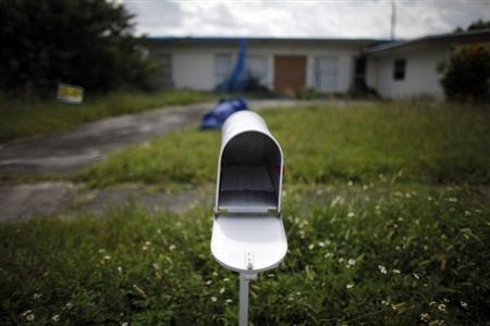 An empty mail box is seen at the front door of a foreclosed house in Miami Gardens, Florida in this September 15, 2009 file photo. REUTERS/Carlos Barria/Files