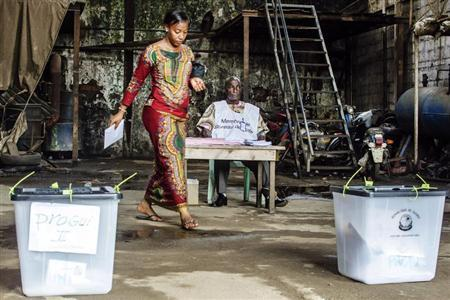 A voter prepares to cast her ballot at a polling station in the Madina neighbourhood of Guinea's capital Conakry, September 28, 2013. REUTERS/Tommy Trenchard